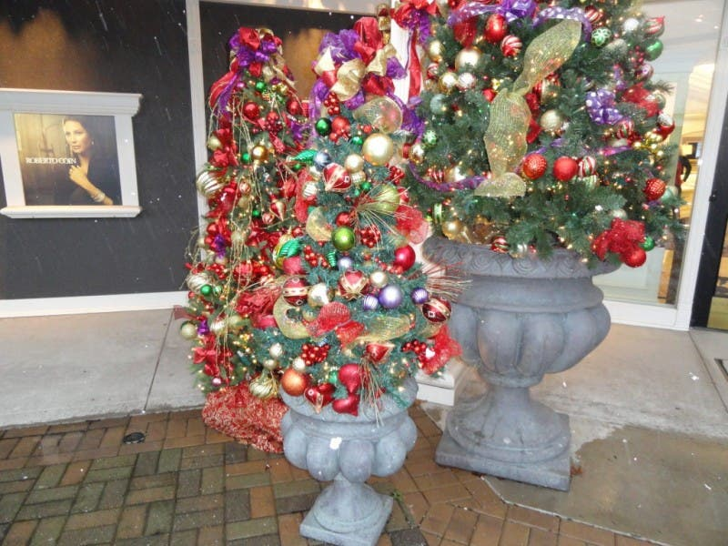 thieves steal two christmas trees from nearby jeweler 0 - Outdoor Police Christmas Decorations