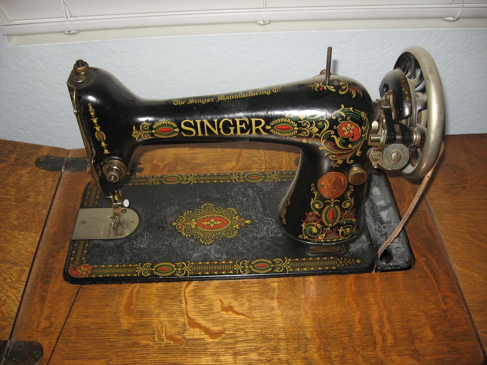 1910 SINGER TREADLE SEWING MACHINE QUARTER SAWN OAK CABINET