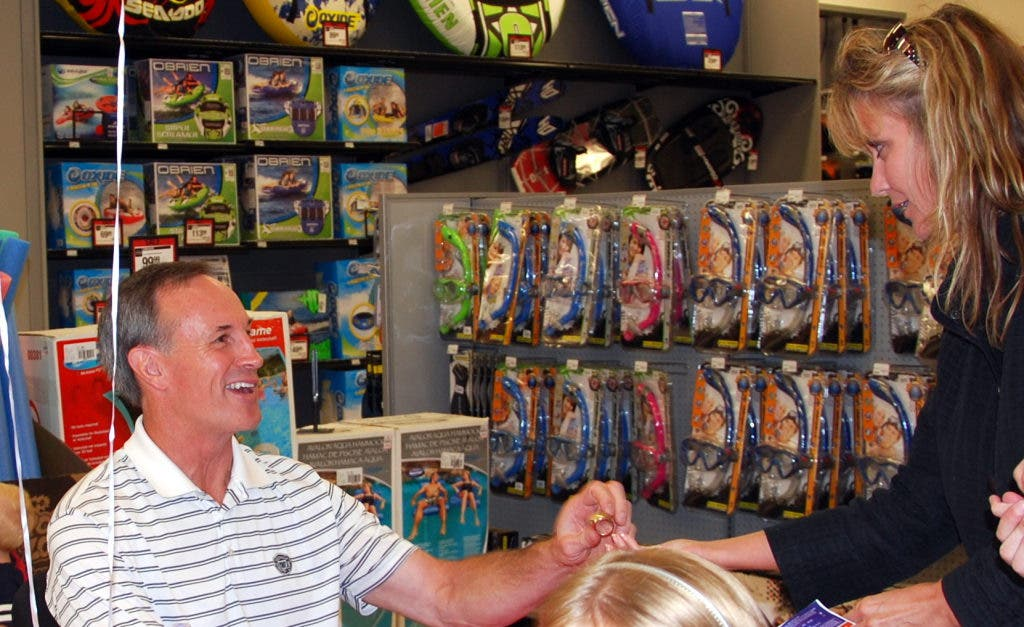 560cdcbf6ad ... Former Bears Star Gary Fencik Helps Open New Orland Hills Sports  Authority-3 ...