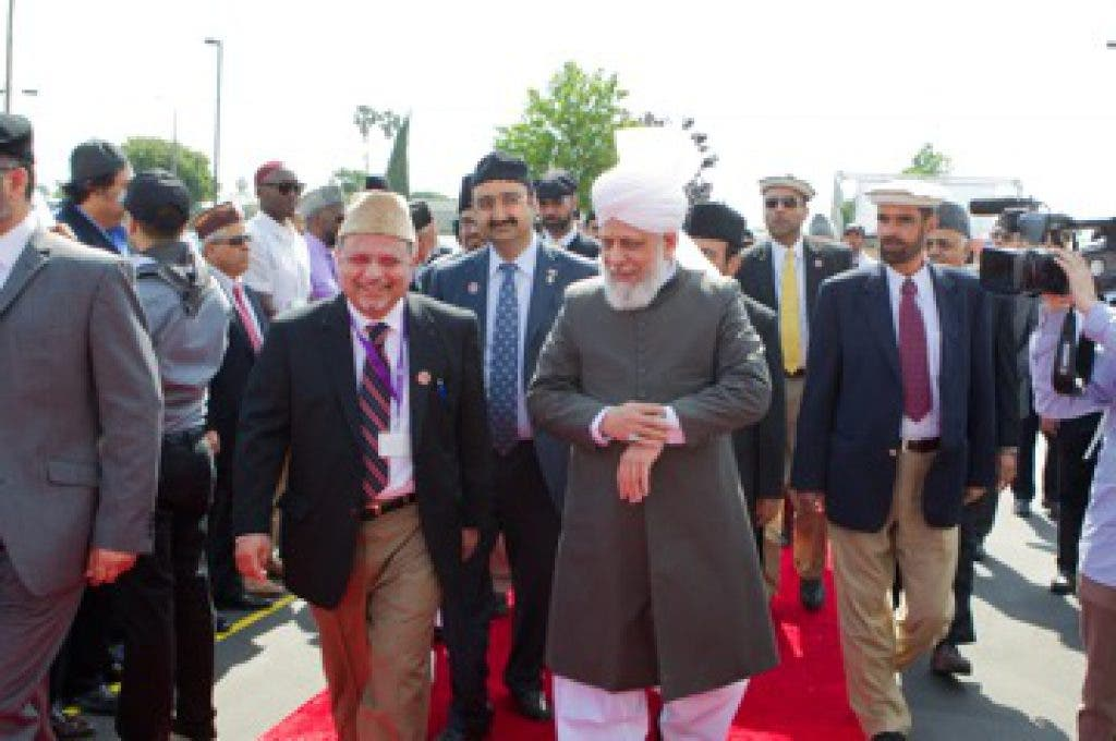 Khalifa of Islam Greeted by Thousands of Americans in Los