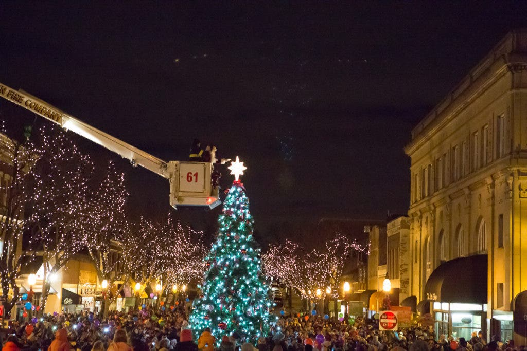 Glen Ellyn Kicks Off Season With Holiday Walk Tree Lighting