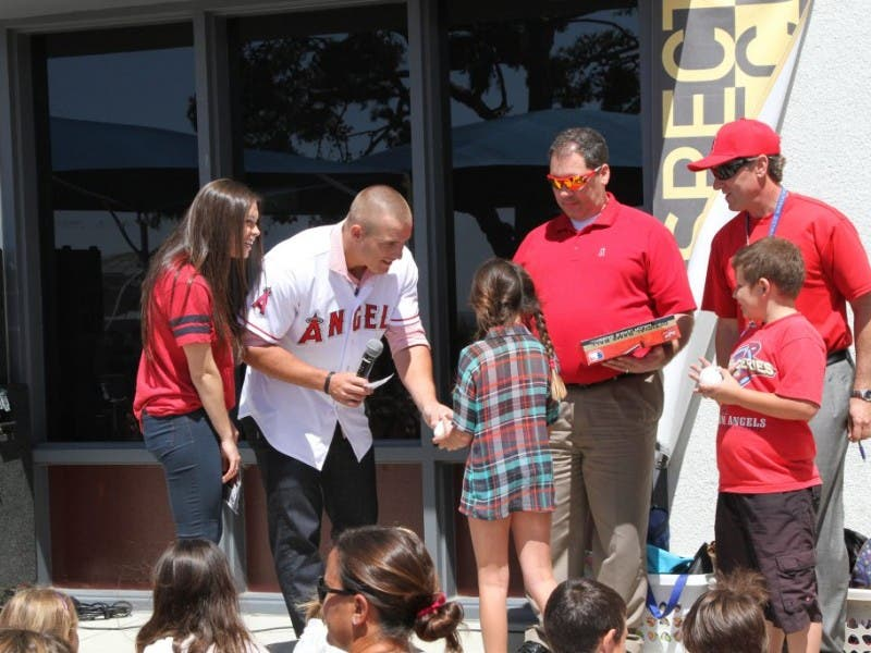 Photos Angels Mike Trout Wows The Kids At Three Laguna Beach