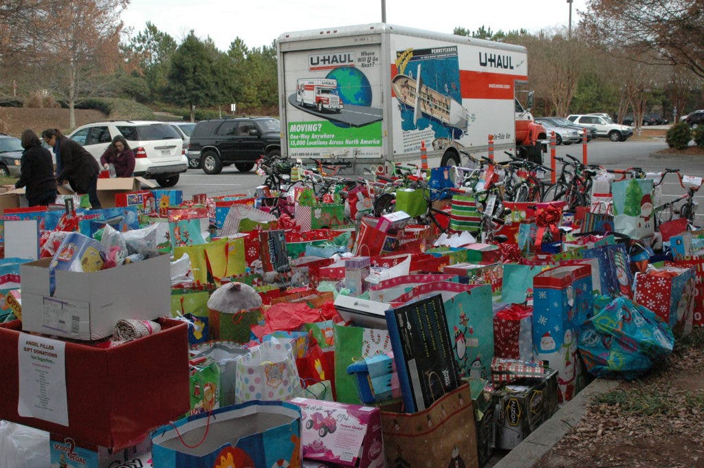 Siemens Sends Holiday Gifts to Forsyth Senior Center, Family