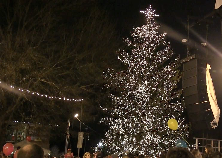 Alpharetta Lights Its Christmas Tree