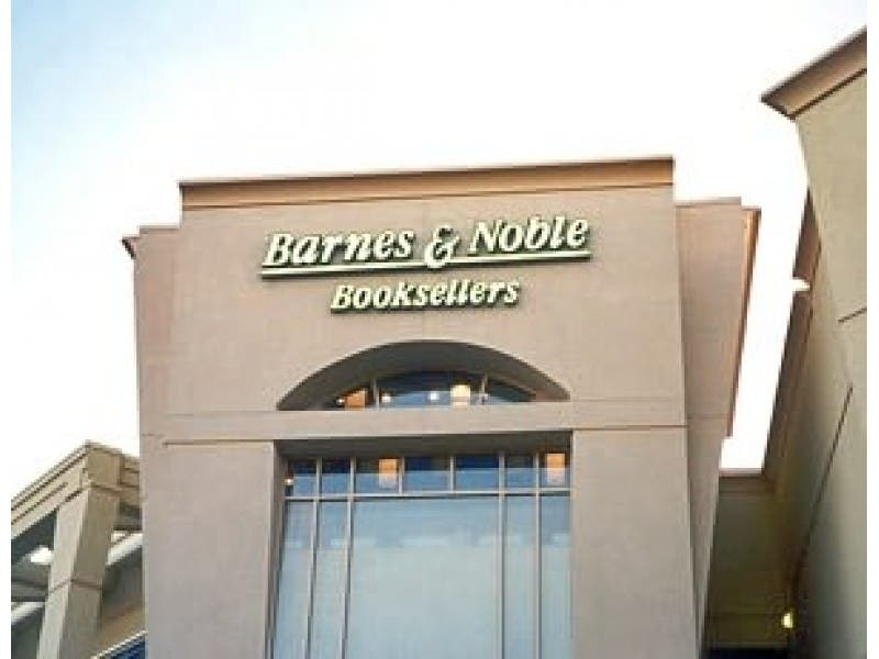 barnes and noble crossroads closing