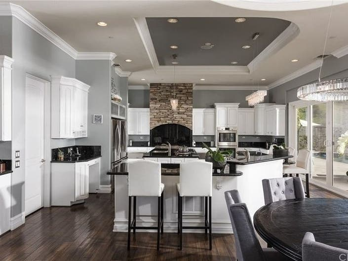 Eye-catching Kitchens In CA Homes