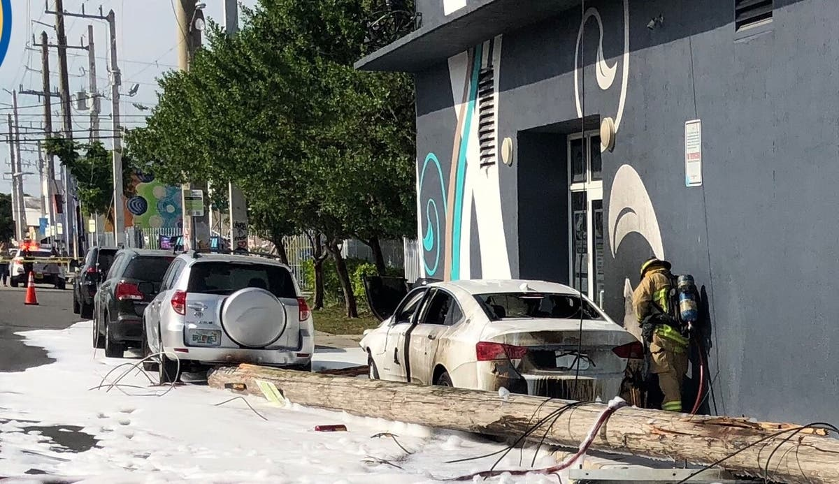 1 Dead, 15 Vehicles Damaged After Car Crashes Into Pole | Miami, FL