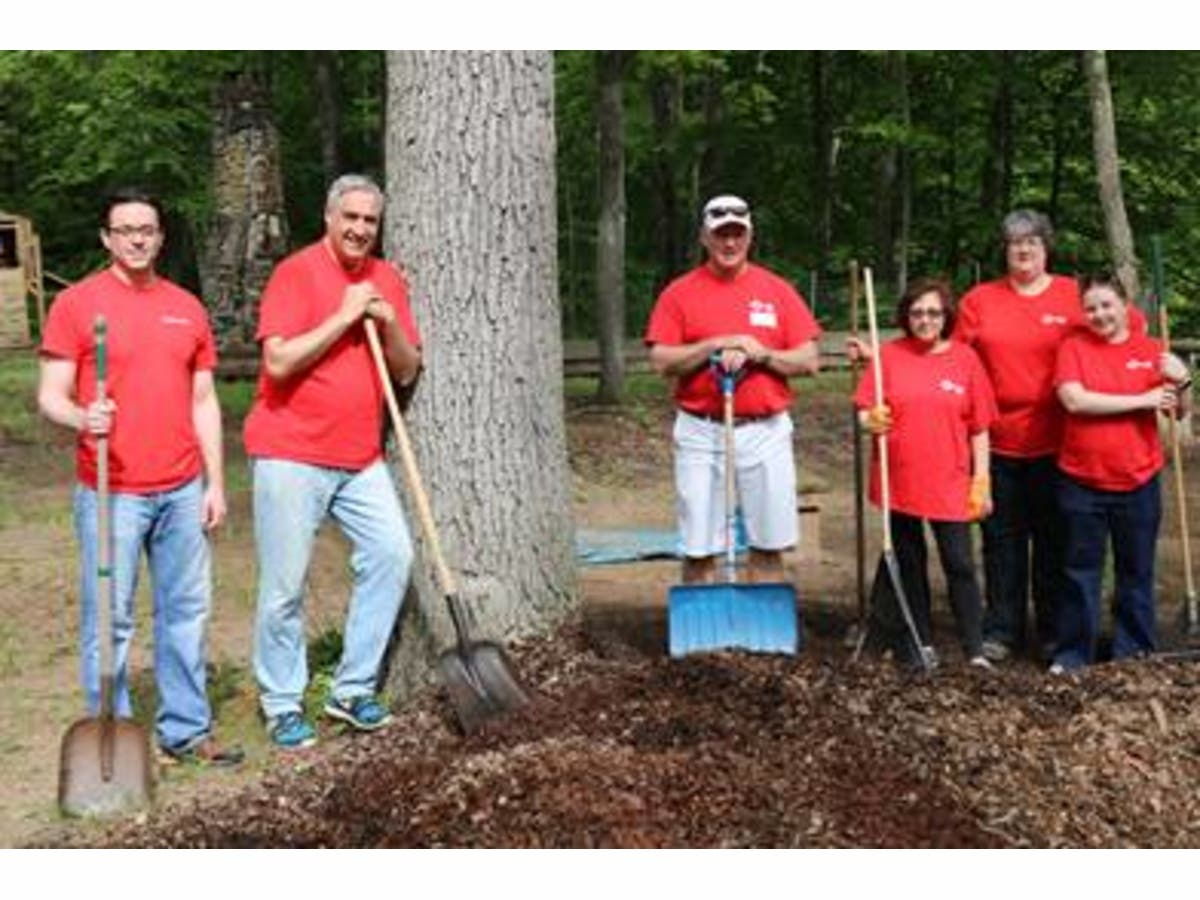 KeyBank Empoyees Volunteer on Neighbors Make the Difference