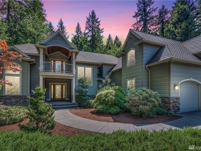 Custom Features Help This Gig Harbor Home Pop