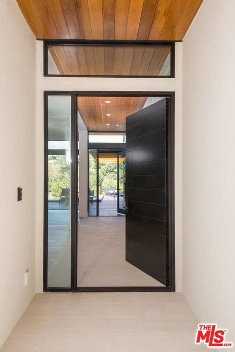 Santa Monica Home Has Floor To Ceiling Glass To Soak Up Views