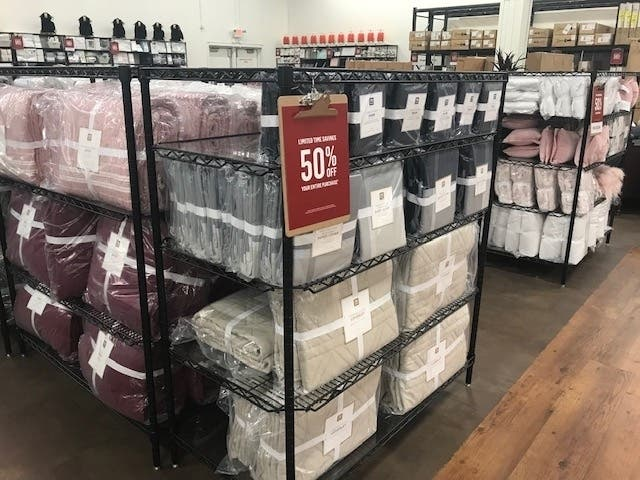 Hundreds Flock To Pottery Barn Outlet S Opening In Joliet